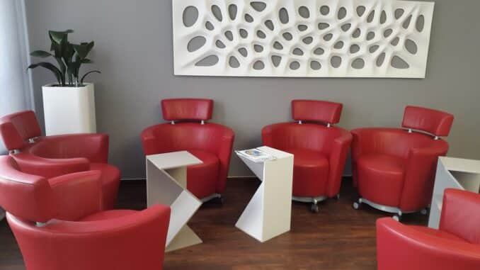 Praxisausstattung mit modernen Möbeln